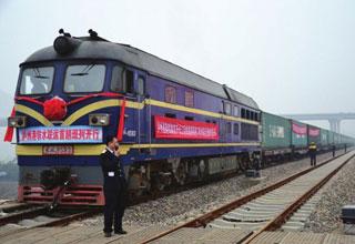 火车驶进泸州港 四川首条铁水联运通道投运